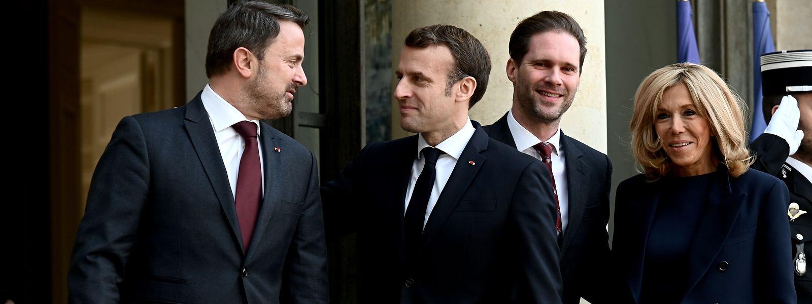 Sur le perron de l'Elysée, les époux Emmanuel et Brigitte Macron ont accueilli Xavier Bettel et son mari Gauthier Destenay.