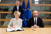 Ursula von der Leyen (à g.) et Charles Michel ont paraphé le document sous le regard de Michel Barnier