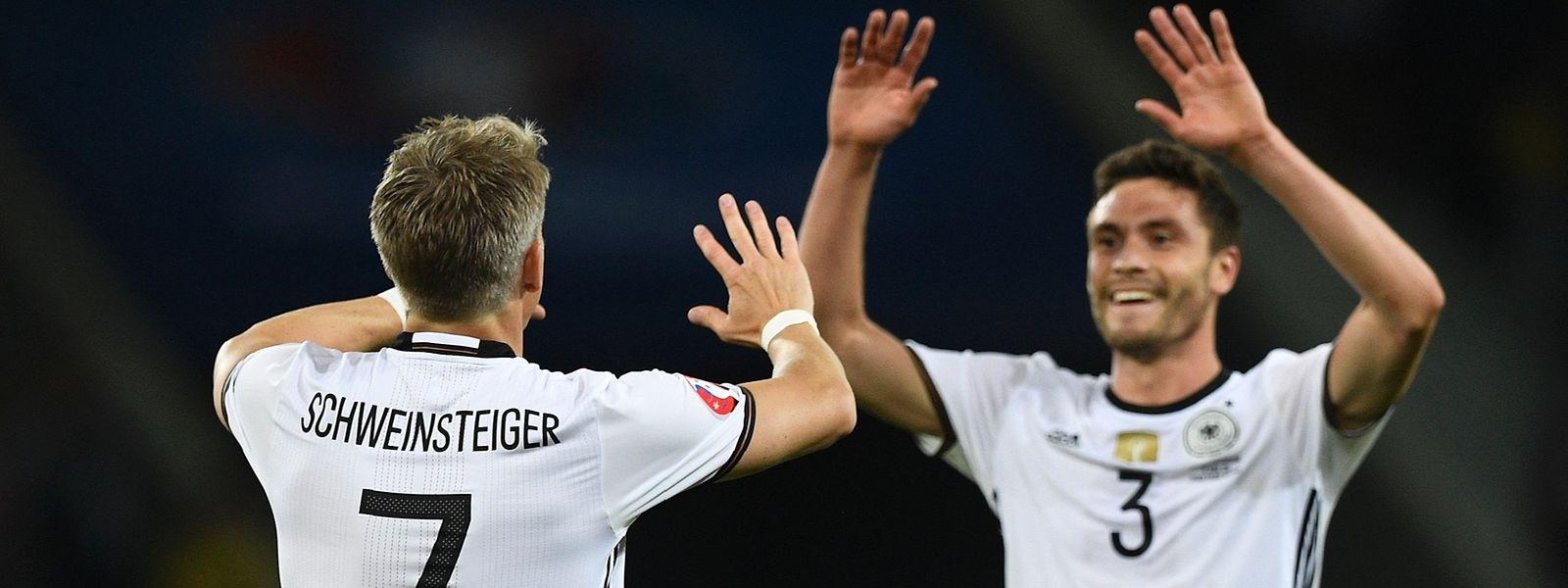 Bastian Schweinsteiger freut sich mit Jonas Hector über das 2:0 gegen die Ukraine