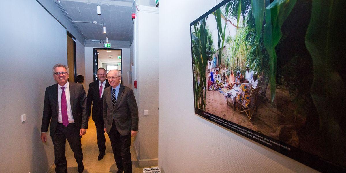 """Finanzminister Pierre Gramegna, Kooperationsminister Romain Schneider und Michel Maquil, Präsident von """"Inclusive Finance Network Luxembourg"""" (v. l. n. r.) im Haus der Mikrofinanz."""