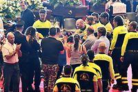 Angehörige und weitere Trauergäste bedanken sich bei den Helfern.