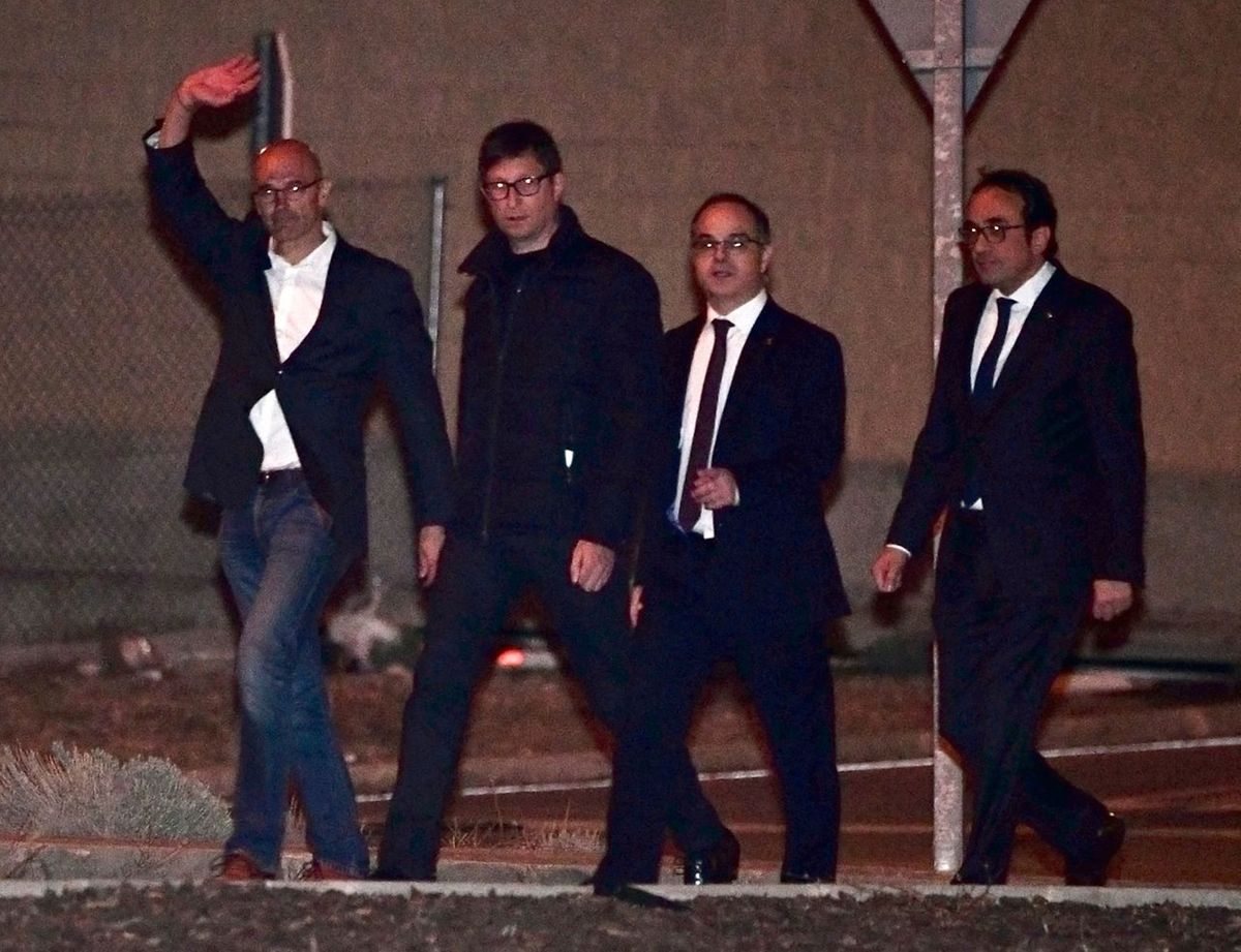 (L-R) Deposed Catalan regional government foreign relations chief, Raul Romeva, Deposed Catalan regional government justice chief, Carles Mundo , Deposed Catalan regional government spokesperson Jordi Turull and Deposed Catalan regional government Territory and Sustainability chief Josep Rull leave the Estremera prison, some 80km east of Madrid, on December 4, 2017. Six former Catalan ministers who were remanded in custody last month were released on bail of 100,000 euros ($120,000) each as an investigation into charges of rebellion, sedition and misuse of public funds continues. / AFP PHOTO / PIERRE-PHILIPPE MARCOU