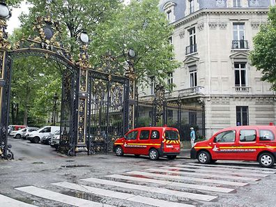"Vehicles of firefigthers are parked at the entrance of the Parc Monceau on May 28, 2016 in Paris, after eleven people including 10 children were struck by lightning in the parc. ""There are currently 11 injured unfortunately, 10 children and an adult who was accompanying them,"" Vincent Baladi of the local authority told iTELE television, saying they had been ""struck by lightning"" at Parc Monceau in the city's northwest.  AFP PHOTO / MATTHIEU ALEXANDRE"