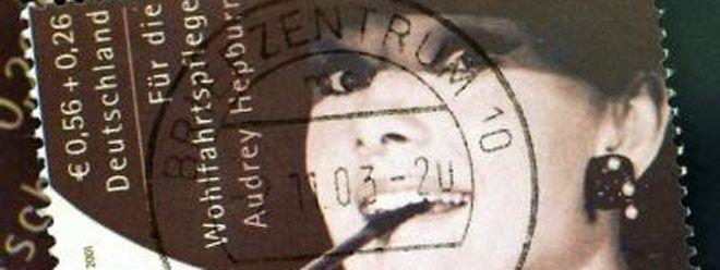 Für 67 000 Euro ist diese seltene Audrey-Hepburn-Briefmarke versteigert worden.