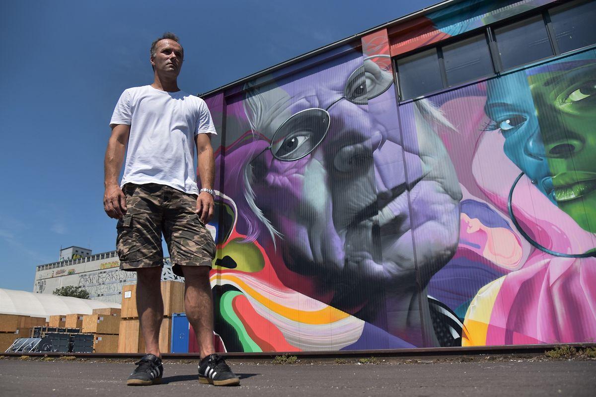 Projektgründer Leopold Gruber führt durch den Mural Harbour, die Wandgemäldegalerie im Handelshafen.