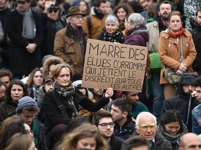 Répondant à un appel lancé sur les réseaux sociaux sur le modèle de Nuit debout, les manifestants considèrent qu'«il n'est plus tolérable d'être gouvernés par un corps élu qui a la possibilité de pratiquer l'inverse de ce qu'il défend».