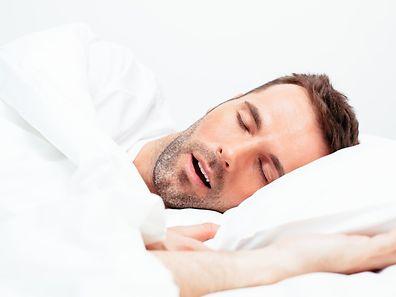 L'apnée du sommeil se manifeste par des arrêts involontaires de la respiration au cours de la nuit.
