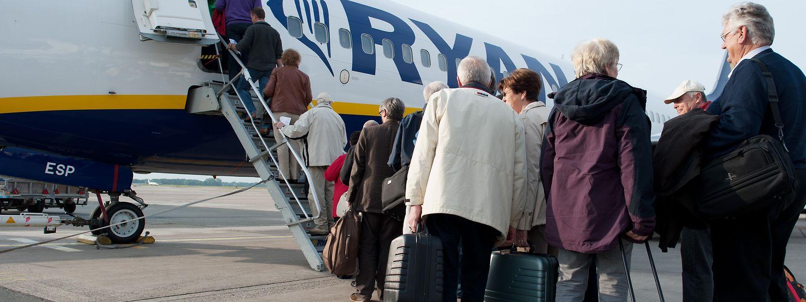 Passagiere der Fluglinie Ryanair besteigen auf dem Flughafen in Bremen ihre Maschine.