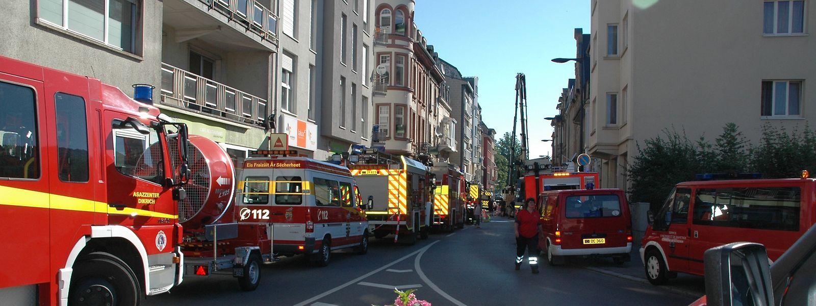 Um im Falle eines erneuten Brandes schnell reagieren zu können, kontrolliert die Feuerwehr das Mehrfamilienhaus stündlich mit einer Wärmekamera.
