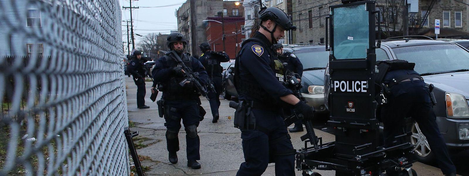 Beamte am Einsatzort: Zwei Männer eröffneten in der Nähe eines kleinen Supermarkts in Jersey City das Feuer und schossen auf Polizisten.