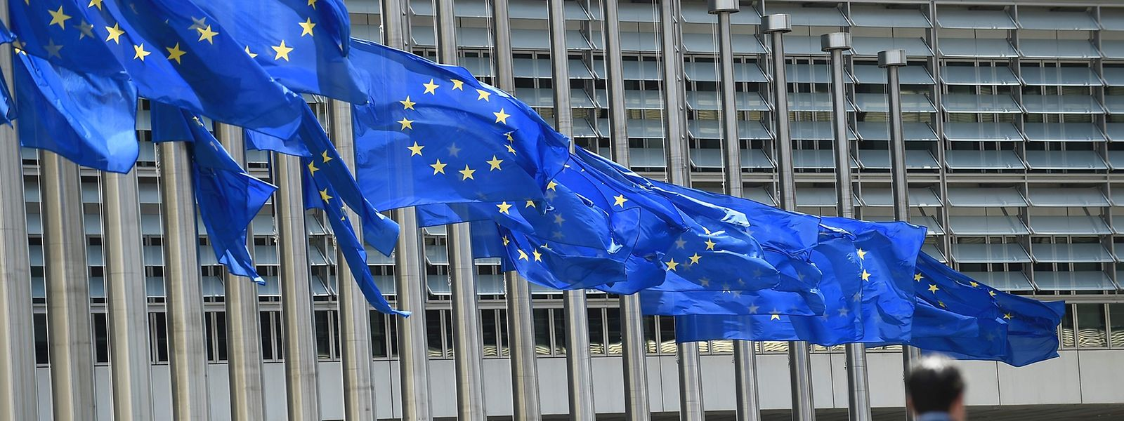 Seit dem Anschlag in Nice stehen die Flaggen vor der EU-Kommission in Brüssel auf Halbmast.