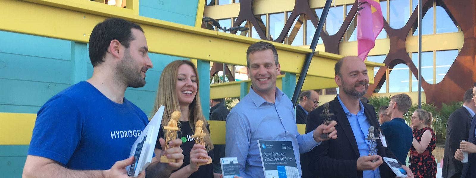 Mike Kane, le vainqueur avec Hydrogen, au côté de Maria Mateo (Big Valley - prix de l'inclusion financière), Philip Schoh (Apiax - 3e) et Olivier Debeugny (Lingua Custodia - 2e) de gauche à droite