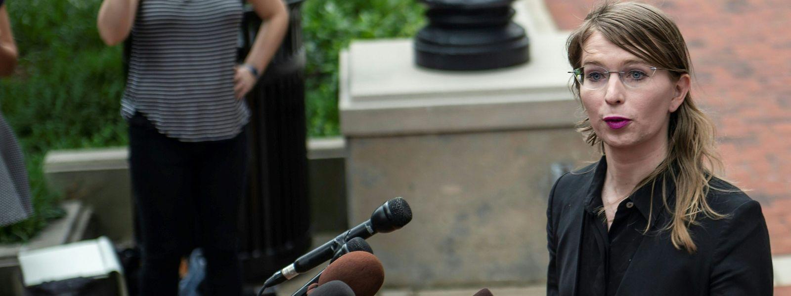 Chelsea Manning spricht am 16. Mai zu Journalisten vor dem Gericht in Alexandria im US-Bundesstaat Virginia.