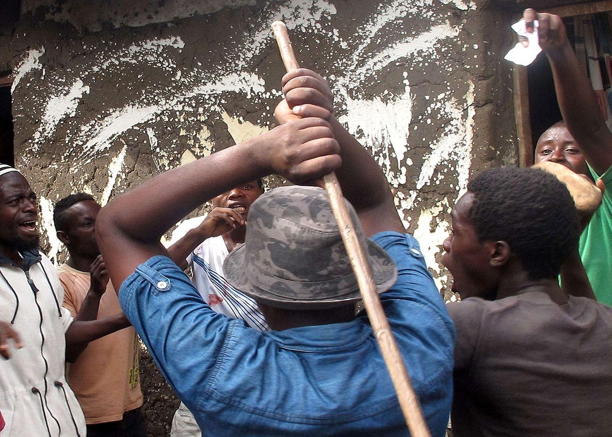 Mitglied der Regierungspartei CNDD-FDD wird von aufgebrachter Menschenmenge in Bujumbura angegriffen.