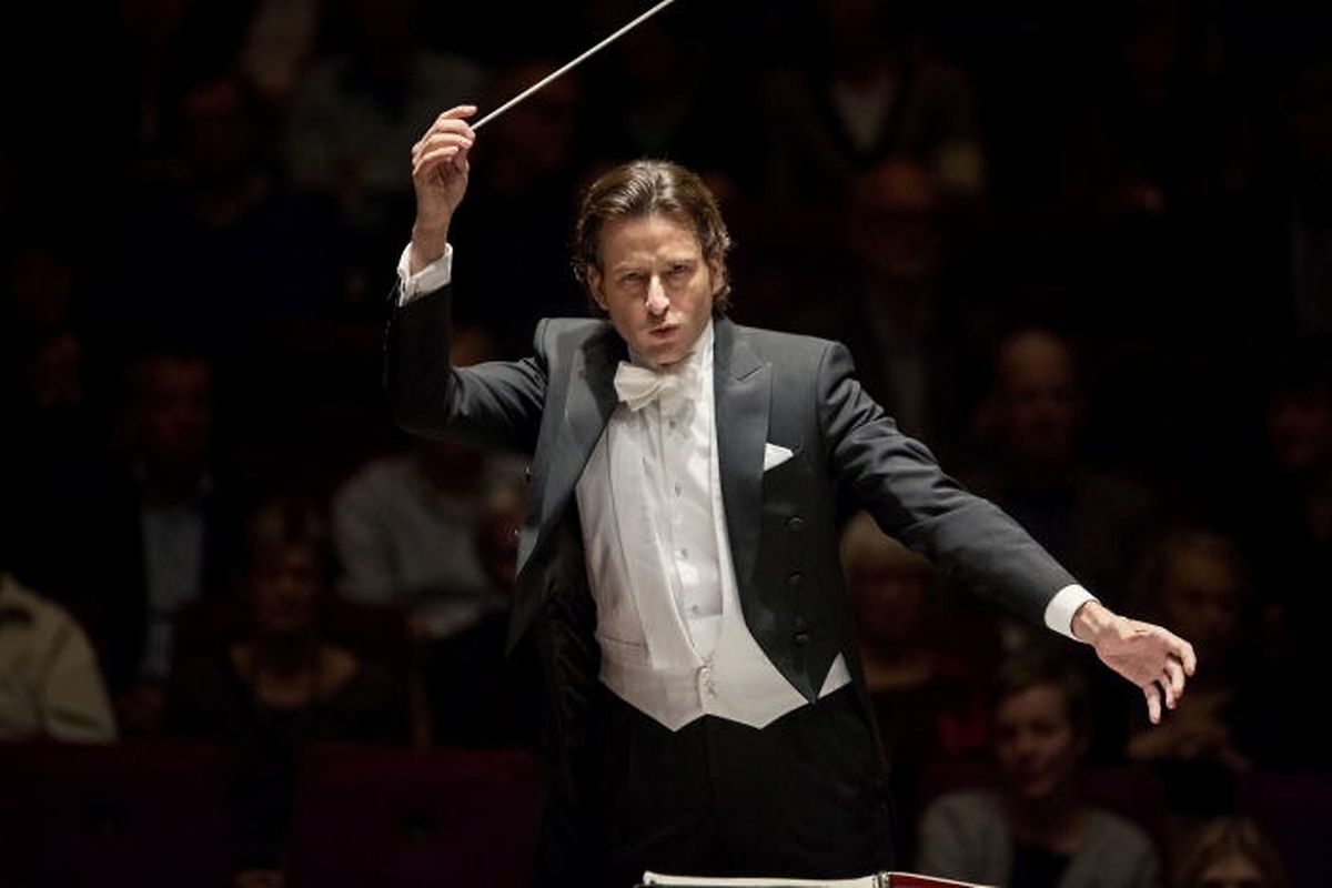 Gustavo Gimeno dirige l'Orchestre Philharmonie du Luxembourg.