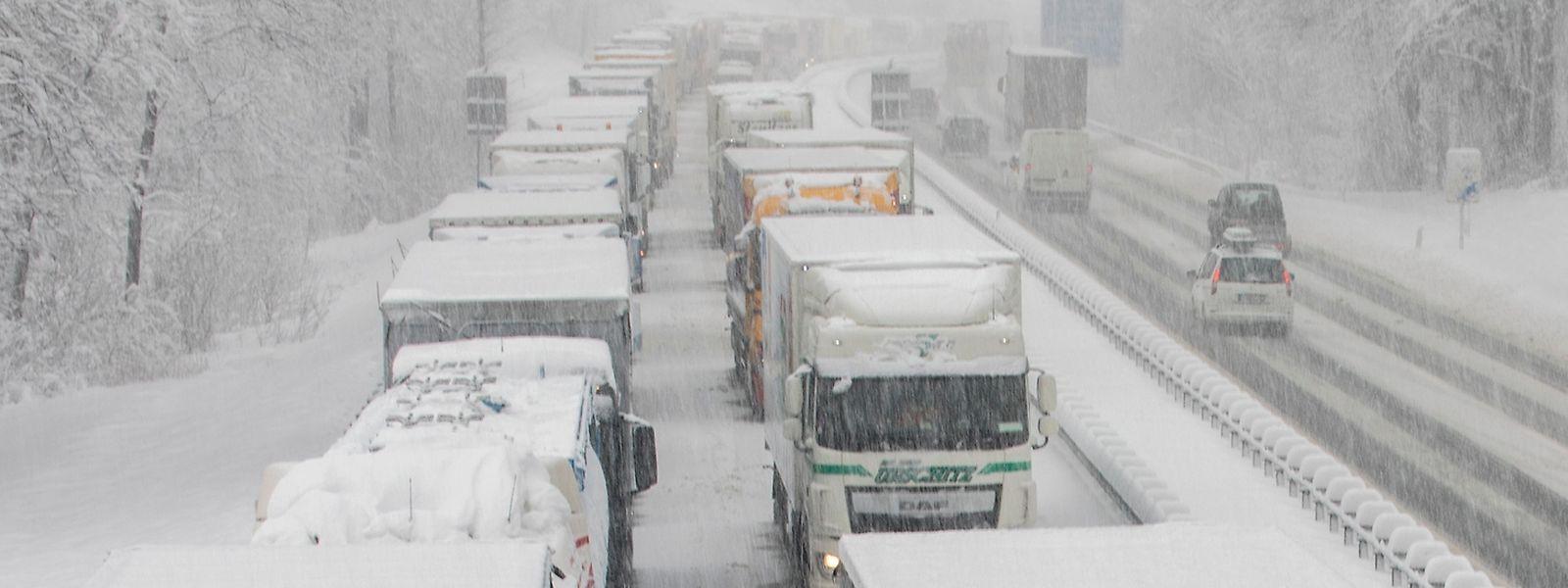 Des camions ont été bloqués sur les autoroutes à cause des intempéries.
