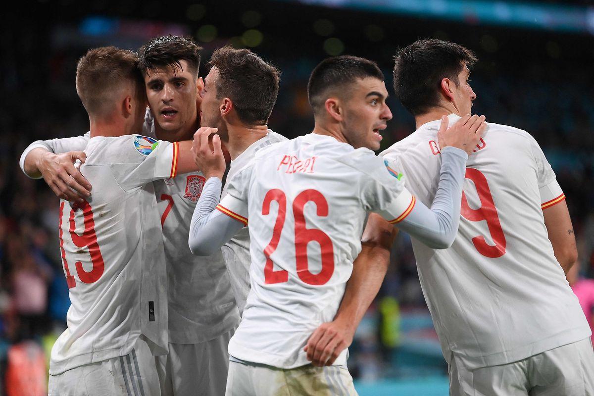 Alvaro Morata (2.v.l.) bringt Spanien zurück ins Spiel.