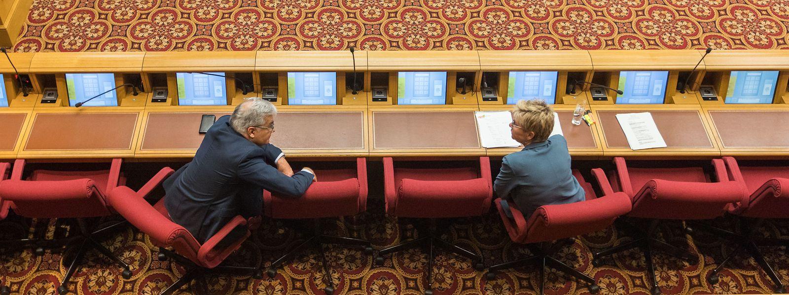 Die Abgeordneten gehen auf Distanz: Als Premier Bettel und Gesundheitsministerin Lenert am Dienstag die neusten Maßnahmen ankündigten, blieben zwischen jedem Volksvertreter zwei Sitze frei.