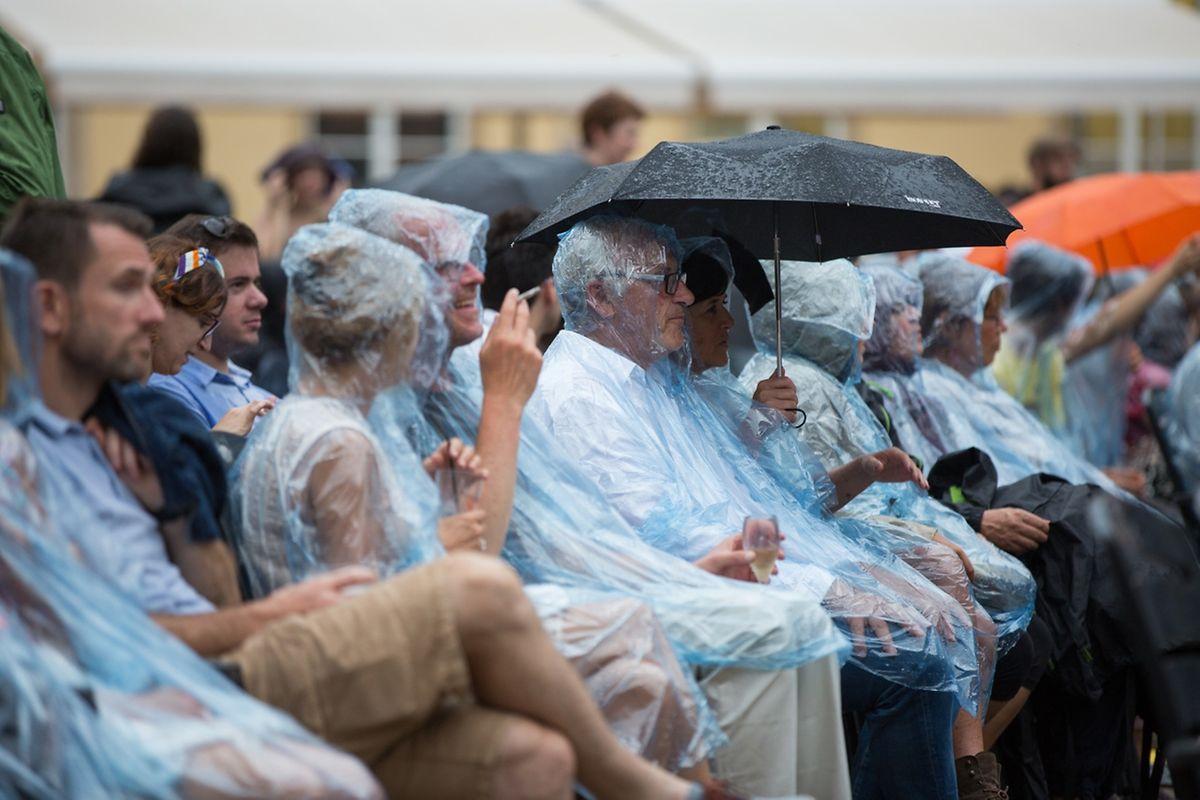 Les quelques gouttes de pluie n'ont pas découragé les spectateurs.
