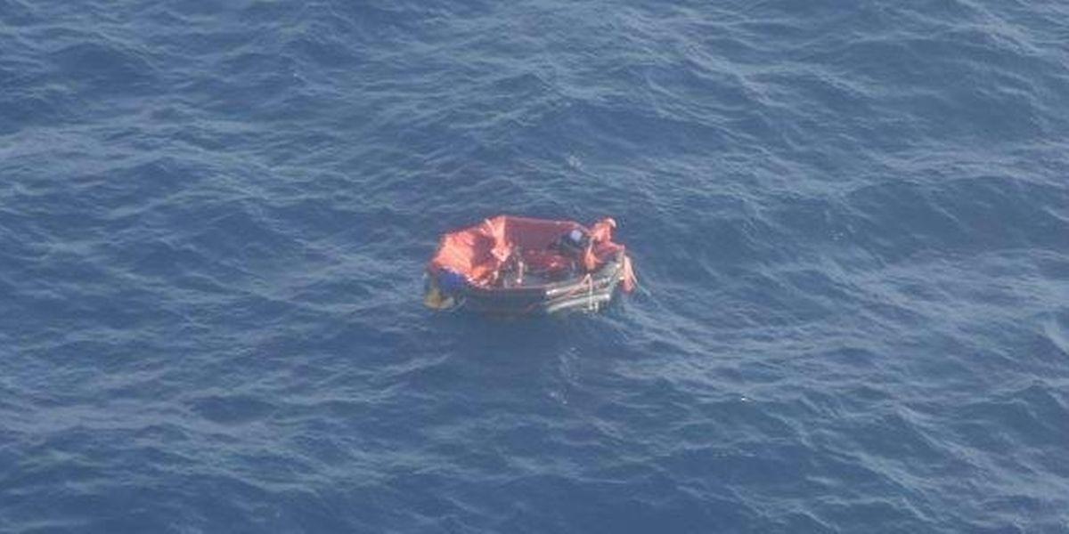 Une photo montre les trois marins du Bourbon Rhode dans leur radeau de sauvetage.