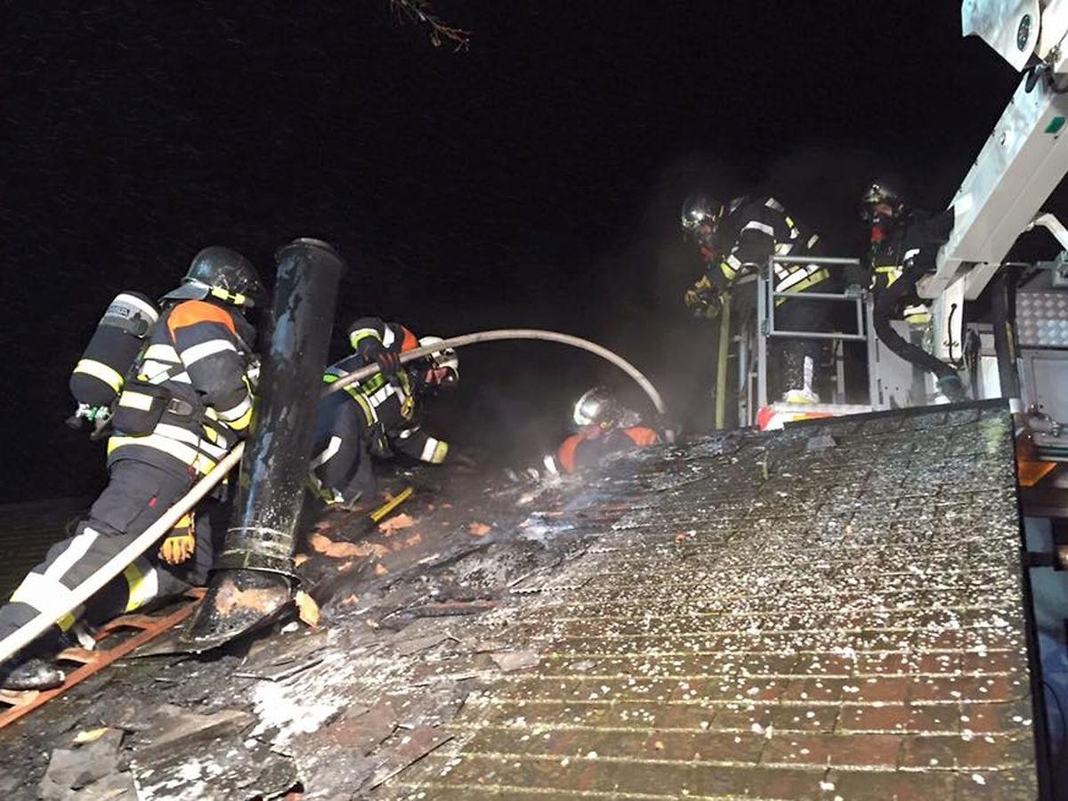 Die Feuerwehr hatte den Dachstuhlbrand schnell unter Kontrolle.