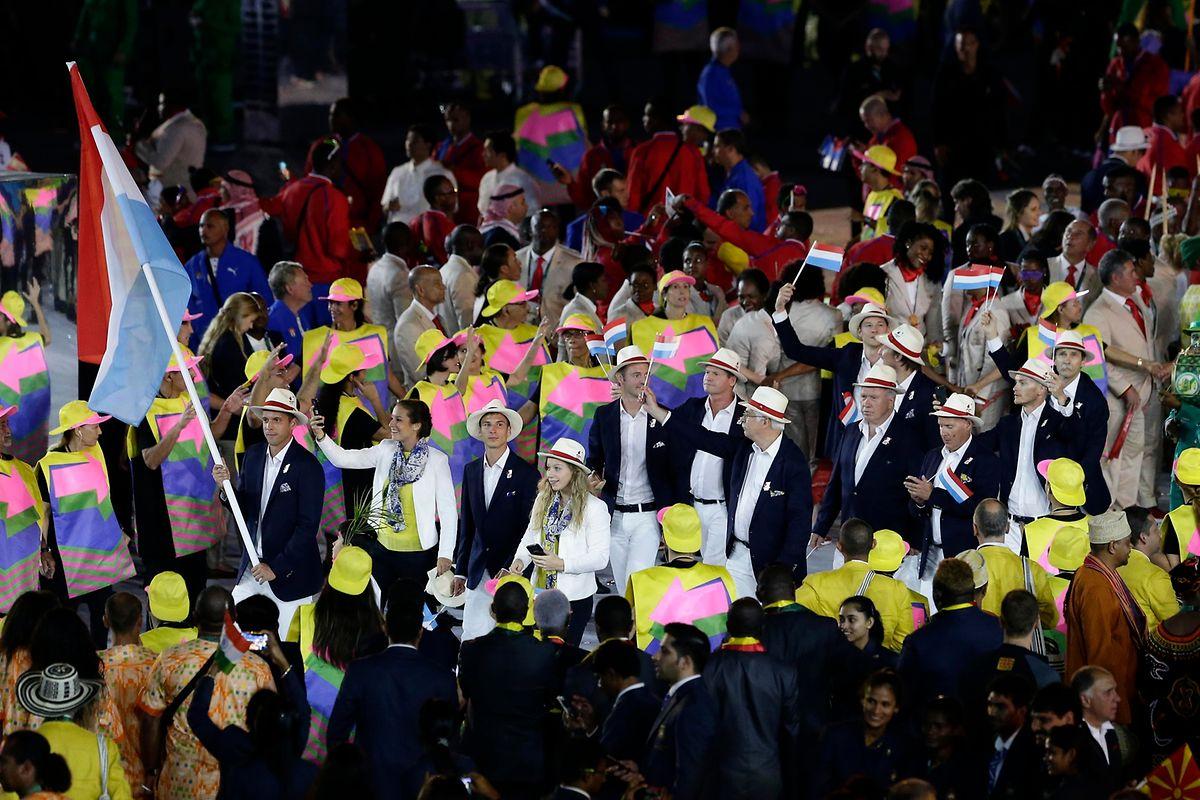Die 13-köpfige Luxemburger Delegation beim Einmarsch, angeführt von Fahnenträger Gilles Muller.