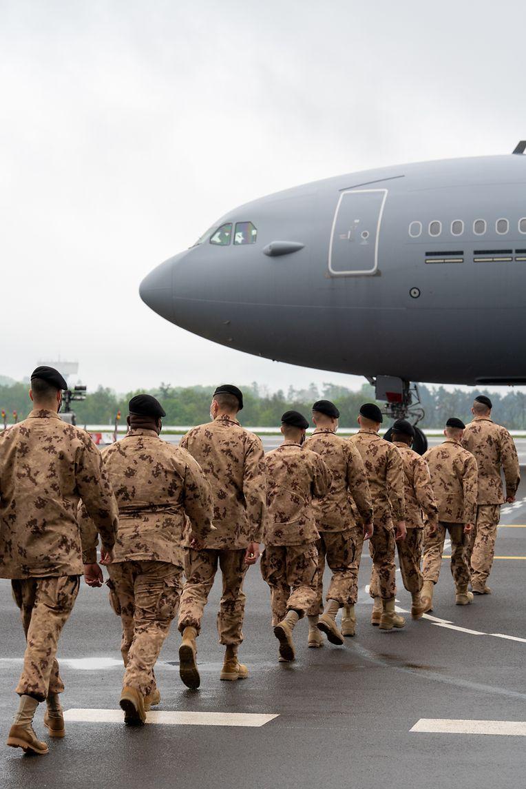 Les soldats du quatrième contingent de l'armée luxembourgeoise embarquent à bord du nouvel appareil. Destination Mali.