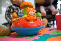 ARCHIV - 03.02.2020, Baden-Württemberg, Backnang: Ein Spielzeug steht vor zwei Geschwistern. (zu dpa: «Freiburgs OB will bei Kontaktregeln Ausnahmen für kleine Kinder») Foto: Sebastian Gollnow/dpa +++ dpa-Bildfunk +++