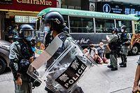 01.07.2020, China, Hongkong: Polizisten verhaften Demonstranten, die an einem verbotenem Protest teilgenommen haben. Tausende Hongkonger protestierten gegen das Inkrafttreten des chinesischen Gesetzes zum Schutz der nationalen Sicherheit am 23. Jahrestag der Rückgabe der früheren britischen Kronkolonie 1997 an China. Es gibt Chinas Organen weitreichende Vollmachten in der eigentlich autonomen Sonderverwaltungsregion. Foto: Willie Siawillie Siau/SOPA Images via ZUMA Wire/dpa +++ dpa-Bildfunk +++