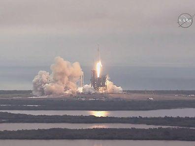 Falcon 9 s'est arraché du pas de tir 39A au Centre spatial Kennedy en Floride comme prévu dans un ciel très couvert à 14h38 GMT (9h38 locale).