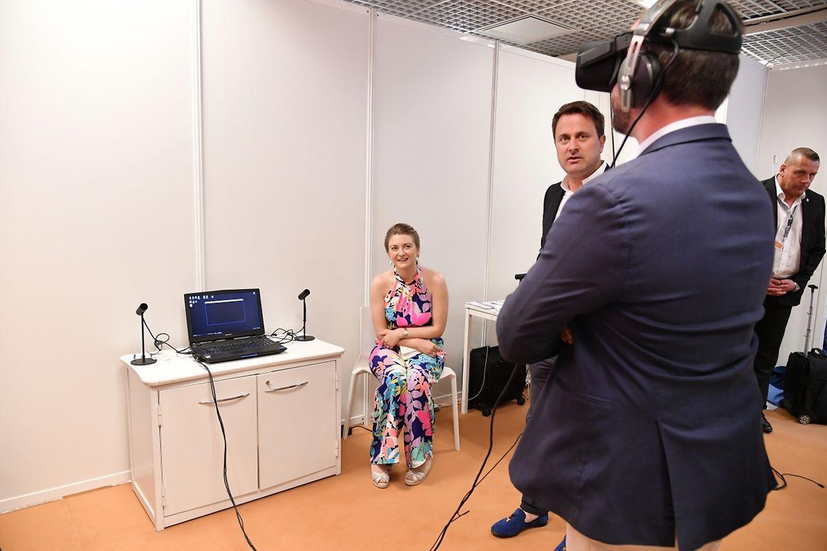 Le couple grand-ducal fait l'expérience de la réalité virtuelle au marché du film du Festival de Cannes.