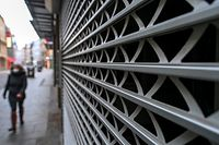 ARCHIV - 01.02.2021, Sachsen-Anhalt, Halle (Saale): Eine Passantin geht im Zentrum der Stadt an einem geschlossenen Geschäft vorüber. (zu dpa «Milliarden gegen die Krise: EU bringt Corona-Aufbaufonds an den Start») Foto: Hendrik Schmidt/dpa-Zentralbild/dpa +++ dpa-Bildfunk +++