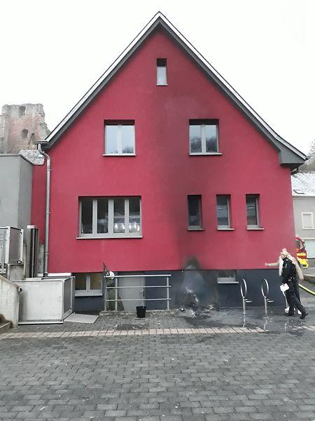Zum Glück konnte ein Übergreifen der Flammen auf das Jugendhaus verhindert werden - dennoch ist der Schaden nicht unerheblich.