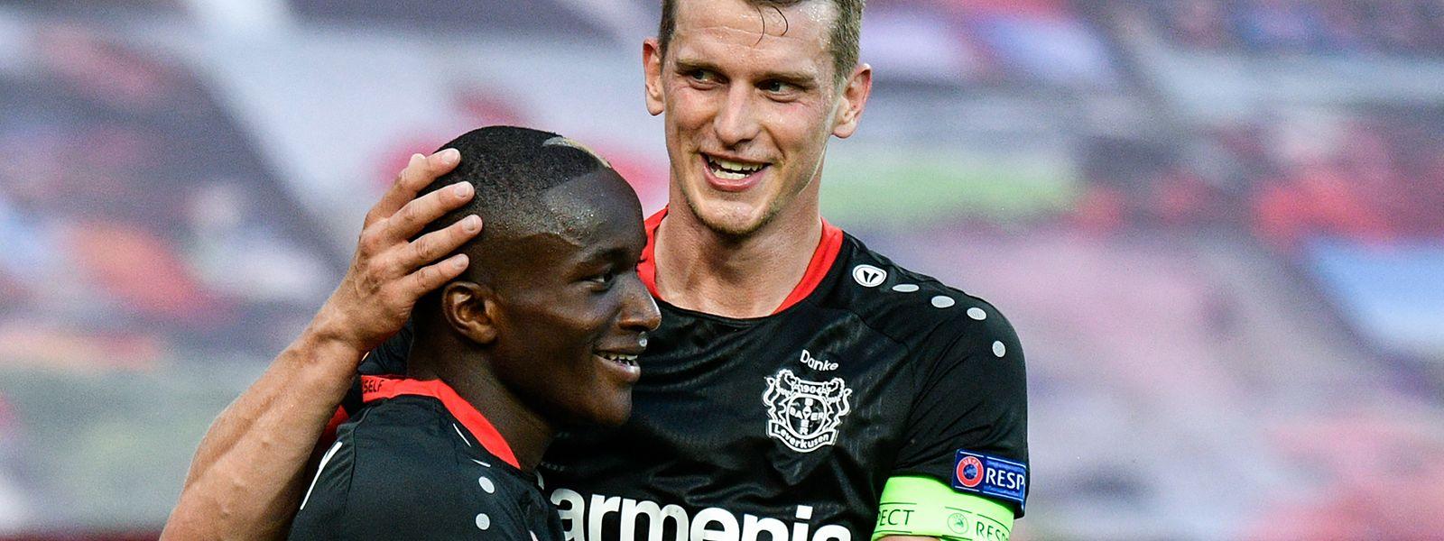 Moussa Diaby und Lars Bender (r.) freuen sich über den Siegtreffer.