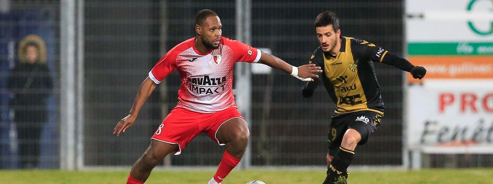 Hakim Abdallah, hier gegen Progrès-Spieler Yannick Bastos (r.), führte Hesperingen mit drei Treffern an.