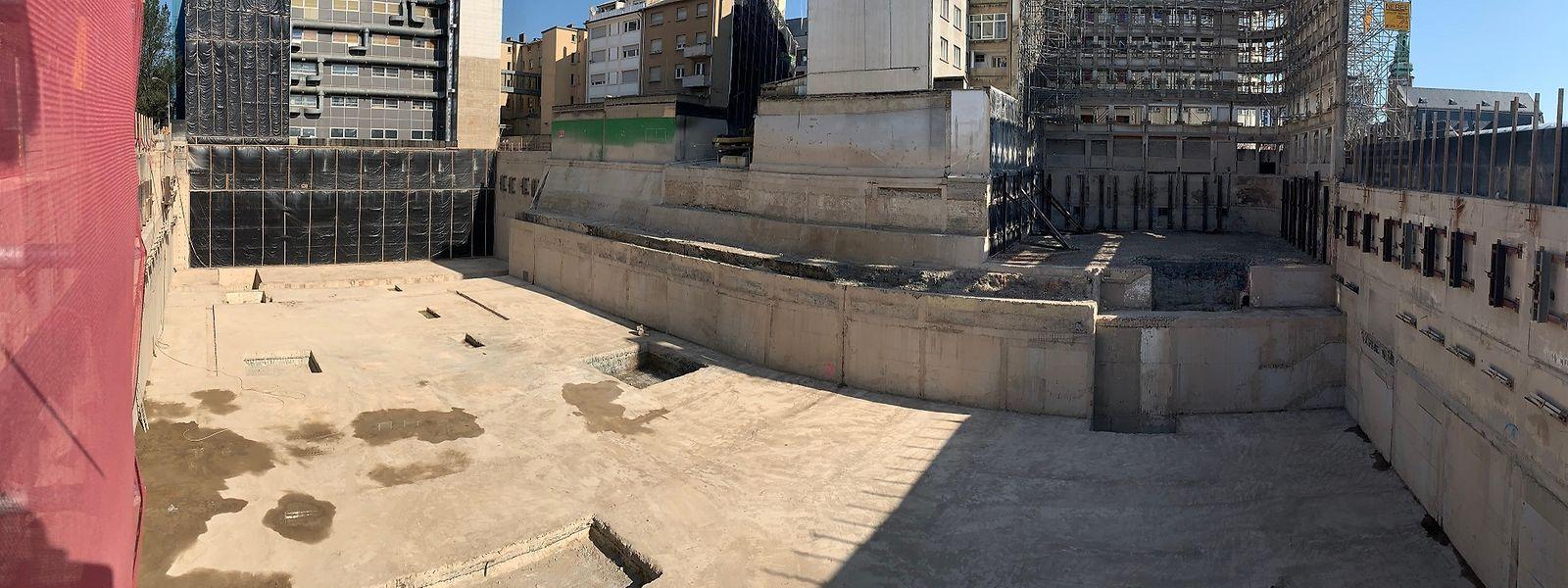 Une énorme fosse se situe désormais derrière la face du bâtiment «Accinauto» devant la gare centrale.