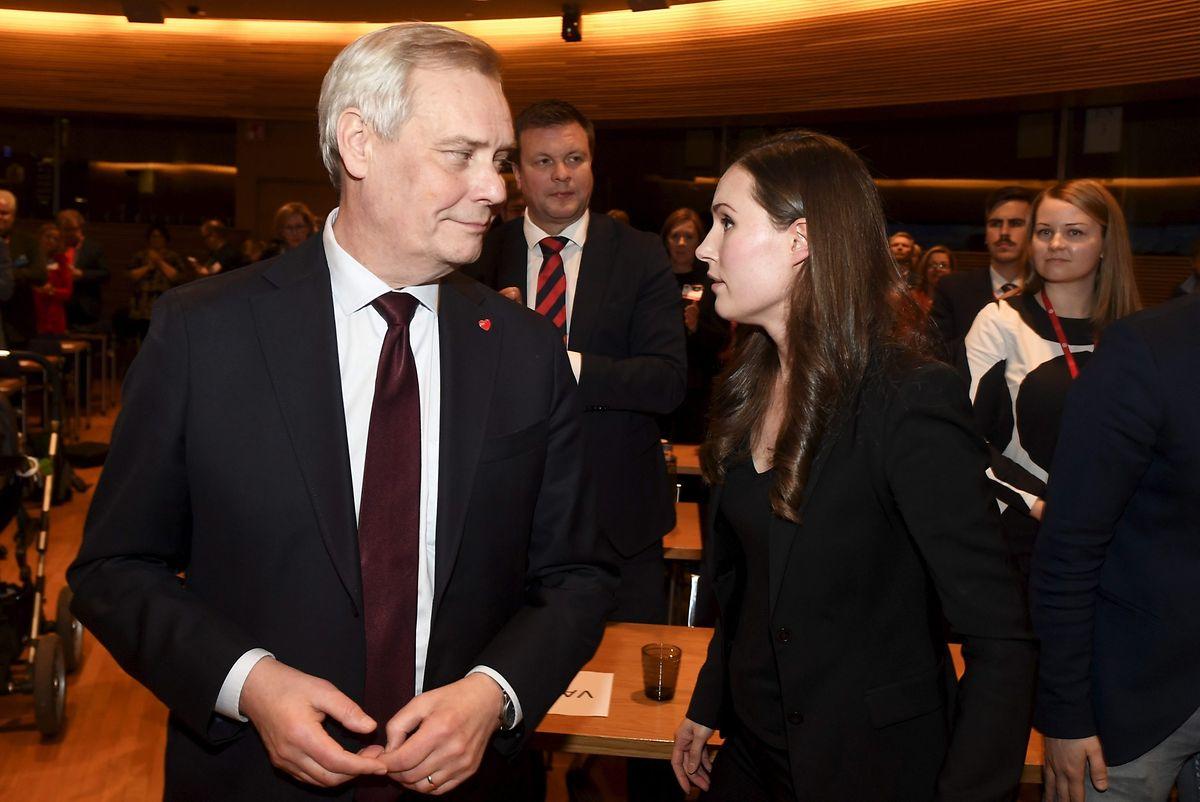 Sanna Marin com o presidente do SDP e antigo primeiro-ministro, seu antecessor, Antti Rinne.