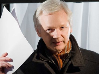 (FILES) This file photo taken on December 20, 2012 shows Wikileaks founder Julian Assange gesturing as he addresses members of the media and supporters from the window of the Ecuadorian embassy in central London. Swedish prosecutors dropped a seven-year rape investigation into Julian Assange on May 19, 2017 a legal victory for the WikiLeaks founder who has been holed up in the Ecuadoran embassy in London since 2012. / AFP PHOTO / Leon NEAL