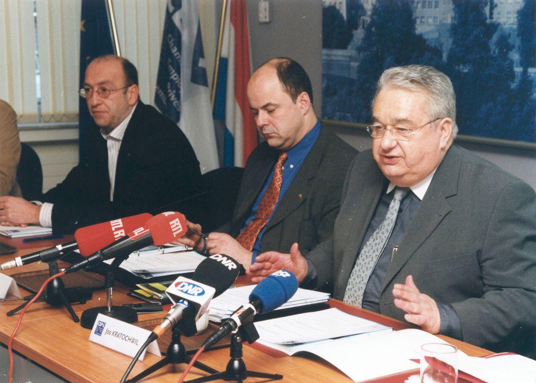 En 2003, André Roeltgen(au fond) est alors secrétaire syndical de l' OGB-L. Il est ici assis aux côtés de Marc Spautz et Jos. Kratochwil, respectivement vice-président et président de la Chambre des employés privés.