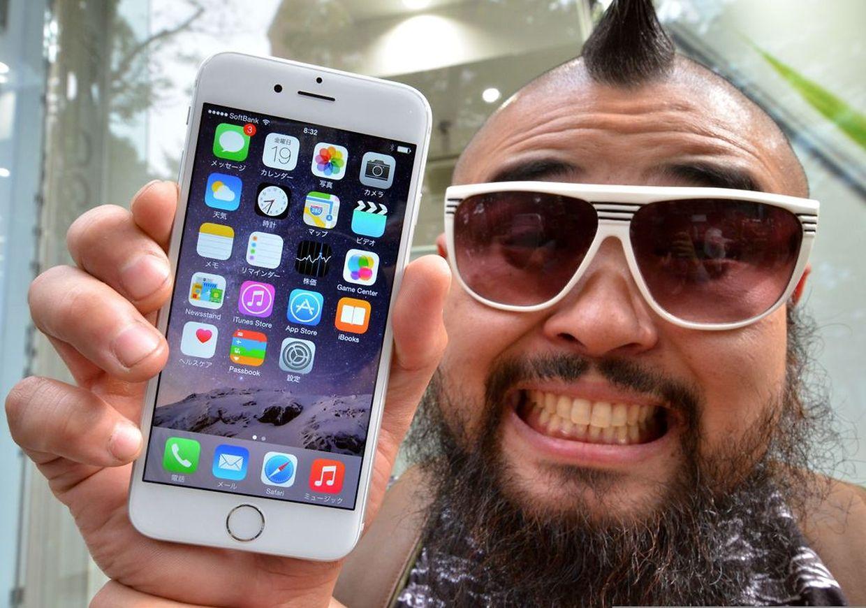 Der erste Käufer des neuen iPhones 6 weltweit. Mr. Butch erwarb es am Freitag in Tokio.