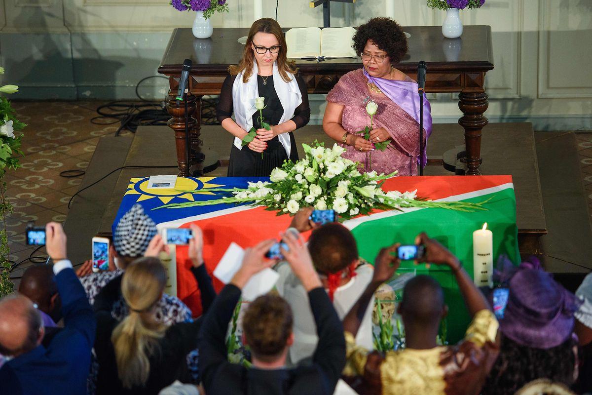 Michelle Müntefering (SPD), Parlamentarische Staatssekretärin für Internationale Kultur- und Bildungspolitik im Auswärtigen Amt, und Katrina Hanse-Himarwa (r.), Ministerin für Bildung, Kunst und Kultur von Namibia, legen nach einem Gottesdienst in der Französischen Friedrichstadtkirche Rosen ab.