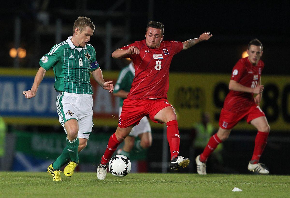 2012 holte Luxemburg (Gilles Bettmer,r.) ein überraschendes Unentschieden in Nordirland.