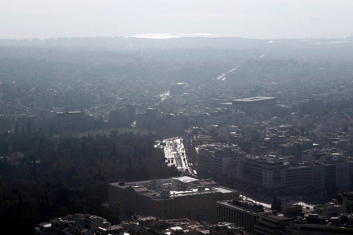 Athen: Ein Rauchschleier hängt über dem Stadtzentrum von Athen.