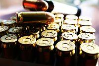 Munition Kugel Gewehr Waffe Gewalt Feuerwaffe Patrone Kaliber (Shutterstock)