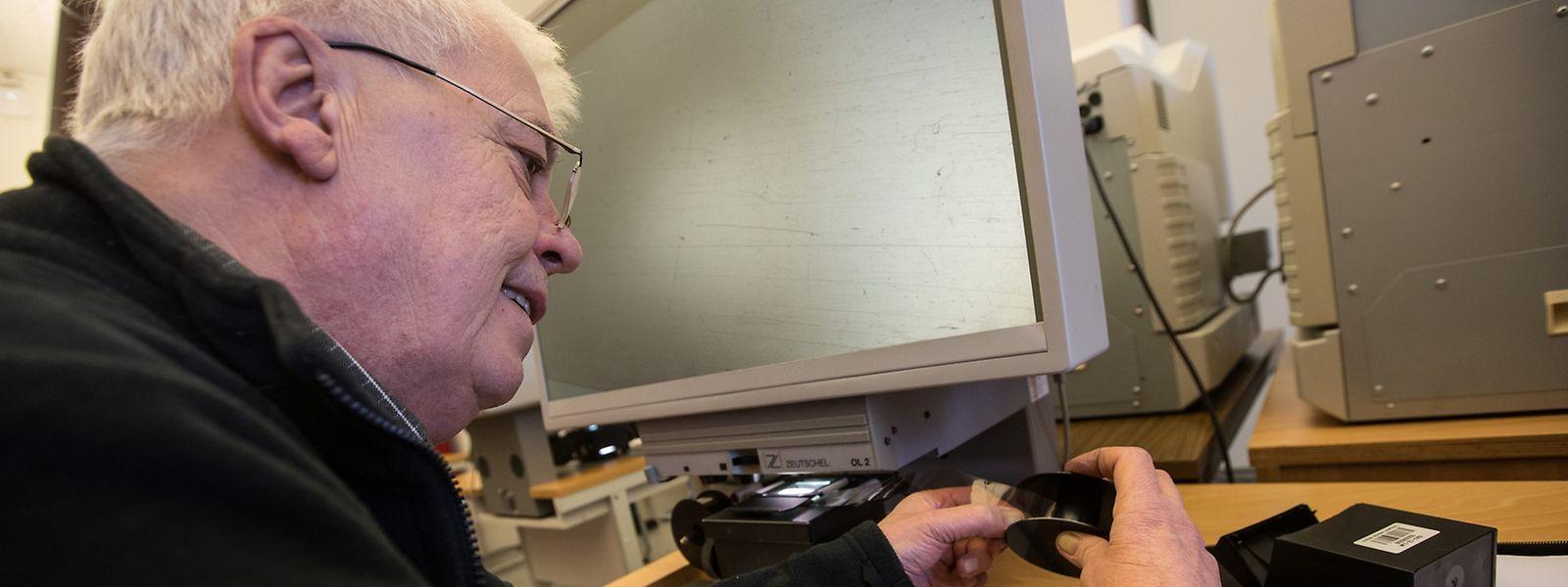 Rolle einlegen, drehen und suchen. Für Raymond aus Walferdingen hat die Arbeit mit den Mikrofilmen in unserer digitalen Zeit durchaus ihren besonderen, entspannenden Reiz.