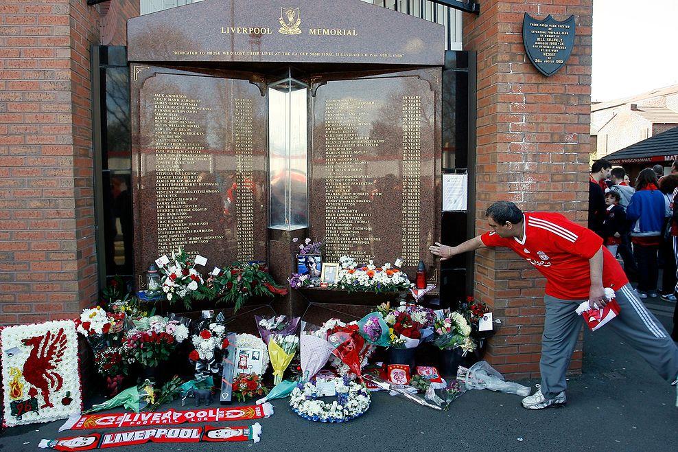 Linkes Foto: Den 96 Hillsborough-Opfern wurde im Liverpooler Anfield Stadion ein Denkmal errichtet. Foto vom 14. April 1999, zehn Jahre nach der Katastrophe.  Rechtes Foto: Auch kurz vor dem 20. Jahrestag legten Fans Blumen vor die Gedenktafel. Foto vom 11. April 2009.