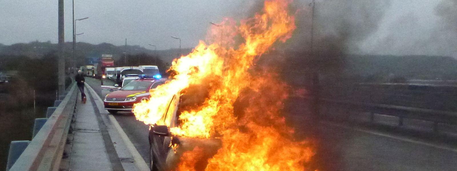 Kurz vor 11.00 Uhr brannte dieses Fahrzeug auf der A1 lichterloh.