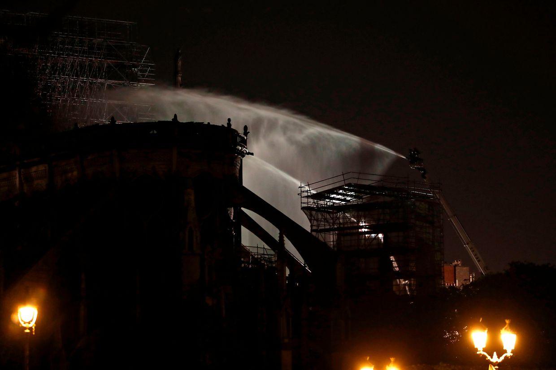 Die Löscharbeiten seien erfolgreich verlaufen, man habe das Feuer unter Kontrolle, so ein Feuerwehrsprecher in der Nacht zum Dienstag.