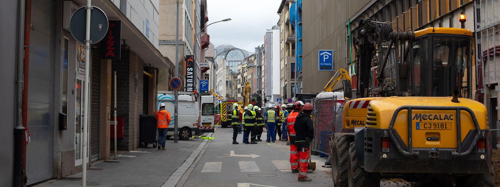 Ein Großaufgebot an Polizisten und Feuerwehrleuten vor dem Parkhaus Neipperg.