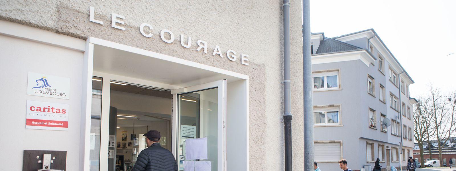 """Sich hinsetzen und länger bleiben, geht im Sozialbistro """"Le Courage"""" in Bonneweg bei der aktuellen Lage nicht. Stattdessen gibt es Essen und Getränke zum Mitnehmen."""